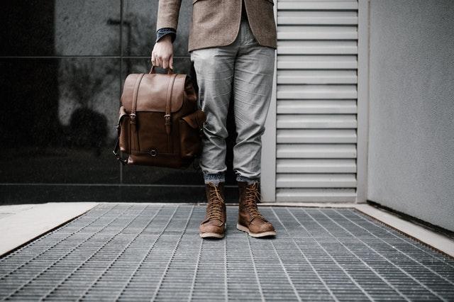 Jak wybrać spodnie dla niskich mężczyzn?