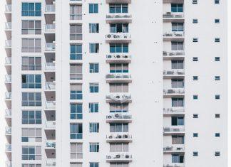 Nowoczesne osłony balkonowe to idealne odgrodzenie się od wścibskich sąsiadów